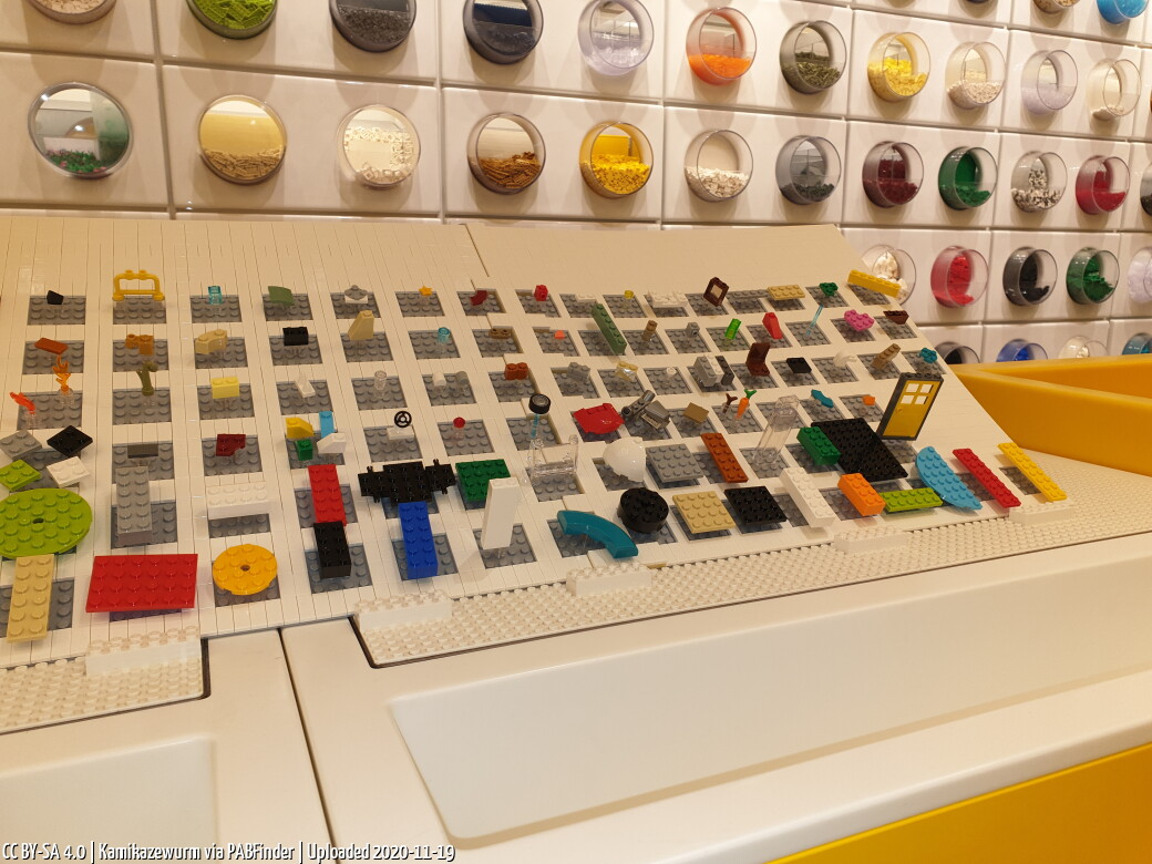 Photo by Kamikazewurm, taken at LEGO Store Berlin